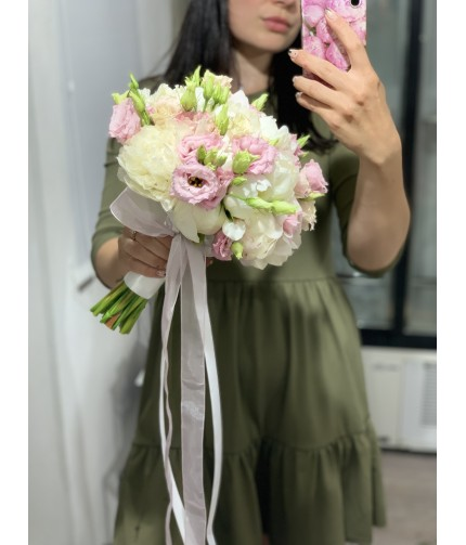 «Букет Невесты №17» — 7 пионов с эустомой