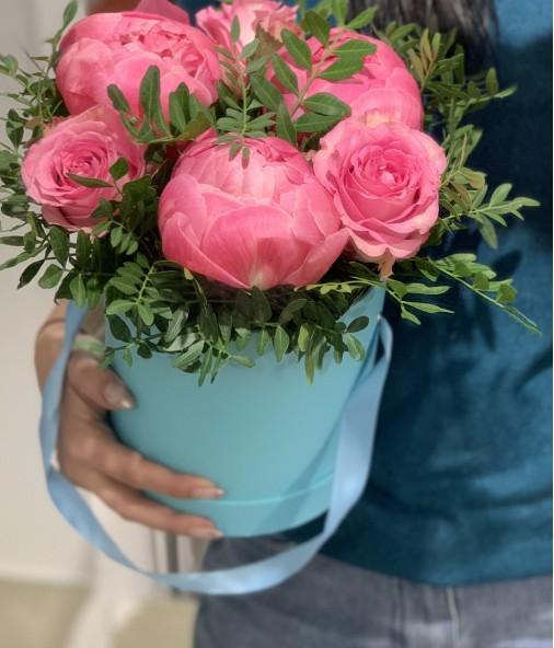 «Композиция в коробке №2» — 3 пиона и 2 розы