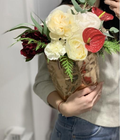 «Композиция в эко-сумке №3» — 3 пиона и 4 розы